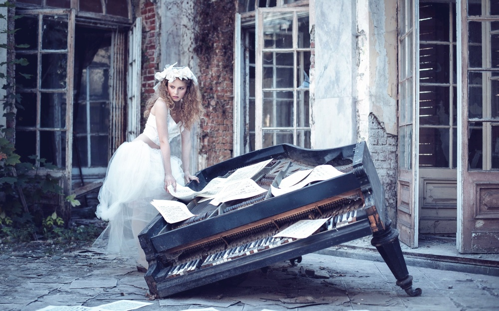 White-skirt-girl-sheet-music-broken-piano_1920x1200