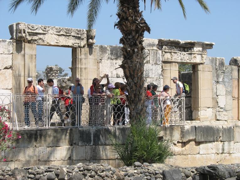 Cafarnao – pellegrini all'ingresso della sinagoga